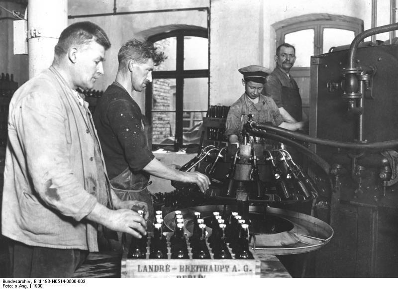 Bundesarchiv_Bild_183-H0514-0500-003_Berlin_Brauerei_Abfüllen_von_Flaschen Berliner Weisse - history